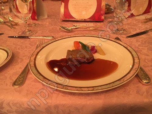 牛フィレ肉のスー・ヴィッド 茸のクルートのせ 彩り野菜とマデラソース