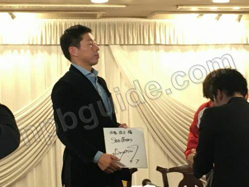 田中浩康が色紙にサイン