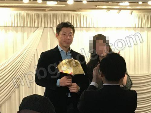 田中浩康がスワローズ記念品にサイン