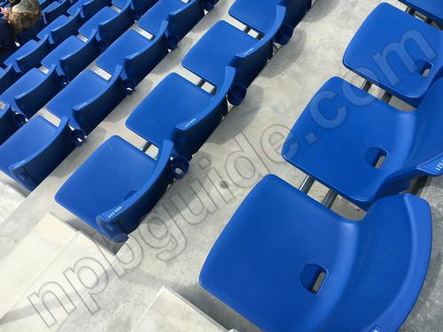 ウイング席の普通の座席